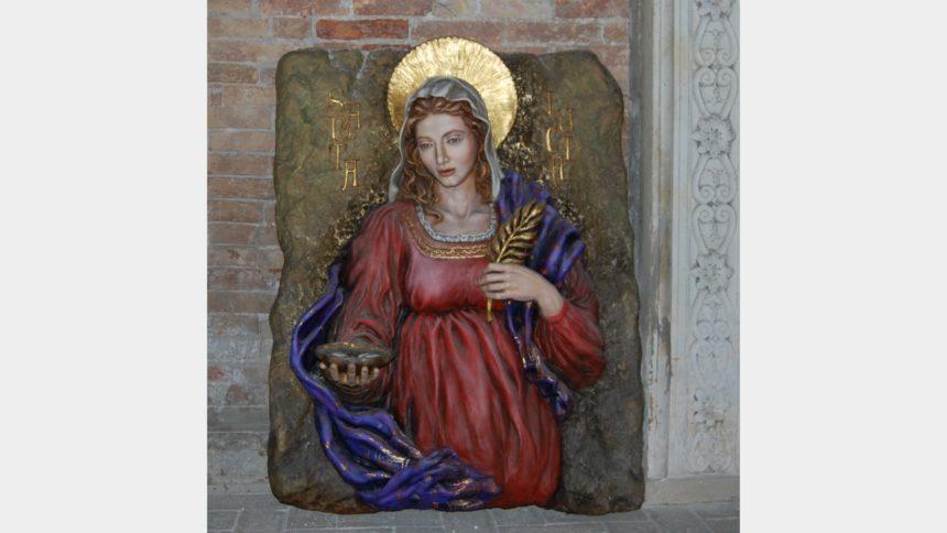 Scultura di Santa Lucia esposta alla Stazione di Venezia